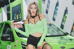 Người mẫu ôtô ở Hàn Quốc từng bị chụp lén khi đang làm việc