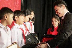 400 học sinh Đồng Nai nhận học bổng 'Cho em đến trường'