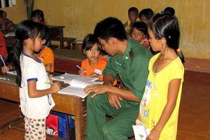 Những người 'đưa đò' của học sinh nghèo biên giới