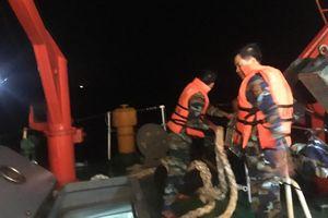 Nước tràn khoang máy, tàu cá Nghệ An được ứng cứu kịp thời