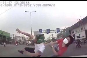 Đôi nam nữ đi xe máy bị ô tô húc 'bay lên trời'