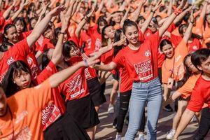Hoa hậu Tiểu Vy nhảy flashmob, 'bung xõa' hết mình cùng giới trẻ