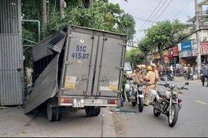 Trộm xe tải bỏ chạy rồi lao vào quán cà phê