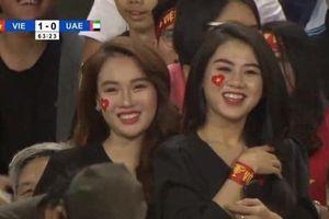 Ba cô gái bất ngờ nổi tiếng khi xuất hiện ở sân Mỹ Đình