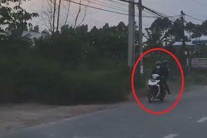 2 tên cướp đi xe máy giật dây chuyền rồi bỏ chạy