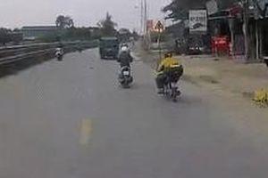 Người đàn ông thoát chết khi ngã trước đầu xe tải