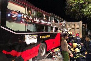 Hàng chục cảnh sát cạy cửa giải cứu 3 người mắc kẹt trong xe khách ở Thanh Hóa