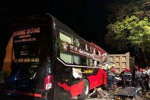 Xe giường nằm tông xe tải đỗ bên đường, 4 người bị thương