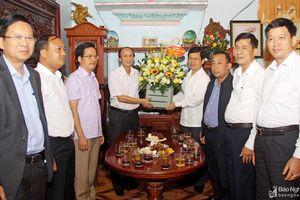 Đồng chí Nguyễn Xuân Sơn chúc mừng các cựu giáo chức tại huyện Yên Thành