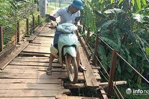 Hòa Bình: Người dân 'nín thở' qua cầu treo xuống cấp