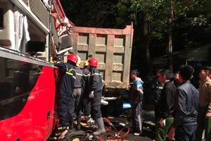 Giải cứu 3 người bị mắc kẹt trong vụ xe ô tô tải va chạm xe khách