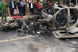 Gây tai nạn liên hoàn, chiếc xe ô tô Mercedes cháy trơ khung, một phụ nữ tử vong