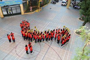 Học sinh xếp hình bản đồ Tổ quốc gửi tặng các thầy cô nhân ngày 20/11