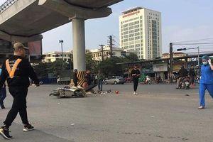 Hà Nội: Ô tô tải cuốn xe máy vào gầm, hai ông cháu tử vong