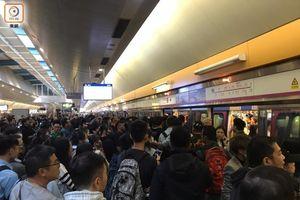 Tình hình Hồng Kông: hàng trăm người biểu tình vẫn cố thủ trong Đại học Bách Khoa; các trường tiểu học và trung học mở cửa trở lại, hoạt động giao thông đã khôi phục nhưng vẫn gặp trở ngại