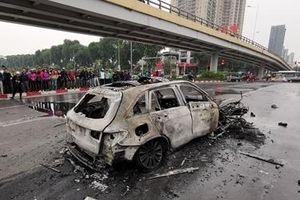 Hiện trường chiếc Mercedes cùng 3 xe máy cháy rụi trên phố