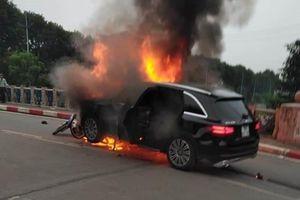 Xe Mercedes phát nổ rồi bốc cháy sau tai nạn liên hoàn trên phố Hà Nội, một phụ nữ thiệt mạng
