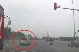 Xe khách tông ôtô nhỏ khi đứng chờ đèn đỏ