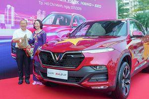 Vinfast tặng Lux SA2.0 hơn 1 tỷ đồng cho HLV Park Hang-seo
