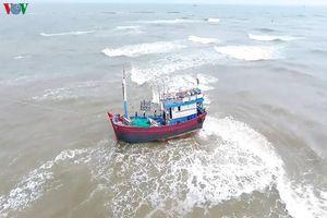 Tàu cá cùng 13 thuyền viên bị mắc cạn tại bãi Hải Sâm