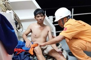 Cứu 11 thuyền viên trên con tàu sắp chìm giữa vùng biển động