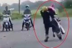 Nam thanh niên ngã xuống đường vì bốc đầu xe máy