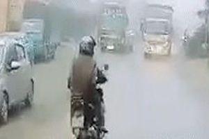 Xe tải vượt ôtô khách, tông trực diện xe máy