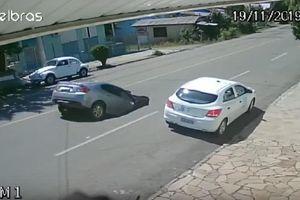 Kinh hoàng hố tử thần nuốt chửng ôtô đang chạy trên đường