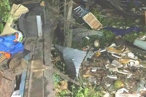Sà lan tông sập hàng loạt nhà dân sau khi va chạm ghe sắt