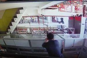 Đã bắt được 2 nghi phạm nổ súng, cướp tiệm vàng ở Hóc Môn