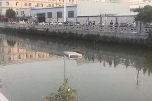 Nhầm chân ga, thanh niên học lái lao xe thẳng xuống sông