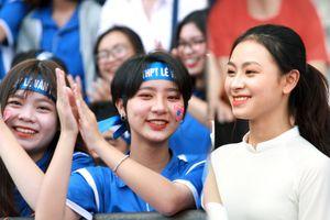 Nữ sinh cổ vũ hết mình, khuấy động khán đài trận chung kết