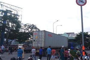 Chạy nhầm đường, vợ chết, chồng bị thương dưới gầm xe container