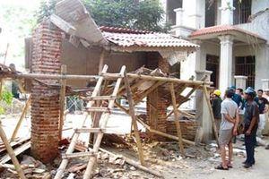 Sập mái cổng khiến 2 người tử vong ở thành phố Uông Bí