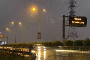 Bất ngờ xuất hiện dòng chữ 'Trời mưa thì không lái xe' trên cao tốc Long Thành