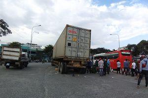 Chạy vào làn ô tô bị xe container tông, vợ chết tại chỗ, chồng nguy kịch
