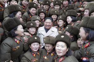 Nữ quân nhân Triều Tiên òa khóc khi gặp ông Kim Jong-un