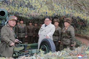 Nữ quân nhân khóc khi ông Kim Jong Un tới đơn vị trên đảo tiền tiêu