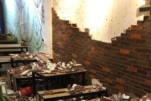 Mảng tường gạch quán ăn đổ sập khiến 4 thực khách nhập viện