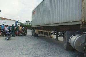 Hiện trường vụ va chạm container, hai vợ chồng thương vong