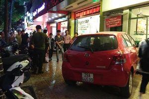 Nữ tài xế mất lái, lao thẳng ô tô vào quán trà chanh ở trung tâm Hà Nội