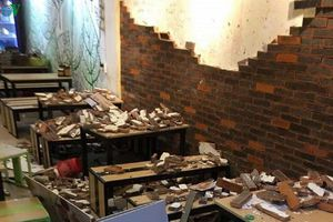 Tường trang trí quán ăn bất ngờ đổ sập, 4 thực khách ở Huế nhập viện
