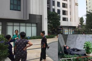 Bé gái rơi từ tầng 39 chung cư Goldmark City: Đau xót cảnh bố quỳ khóc sau xe cứu thương