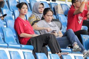 'Thánh nữ' Maria Ozawa gây chú ý khi đến sân cổ vũ trận U22 Indonesia - Thái Lan