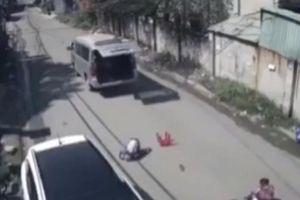 Tài xế lái xe đưa rước làm văng 3 học sinh xuống đường nói gì?