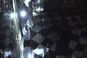 Camera quay được cảnh siêu trộm phá tủ lấy kho báu