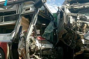 Xe container tông trực diện ô tô khách, 4 người thương vong