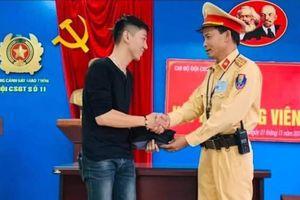 CSGT Hà Nội trao trả 12,5 triệu đồng và toàn bộ giấy tờ tùy thân cho người đánh rơi