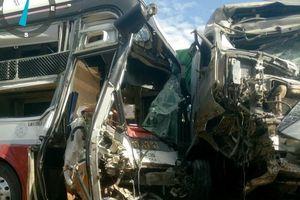 Xe container lấn làn đâm xe khách kinh hoàng làm 4 người thương vong