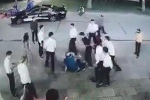 Người đàn ông bị đánh hội đồng ở quán karaoke